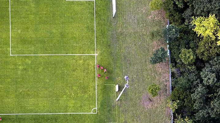 Fußballplätze aus der Luft: Wie gemalt