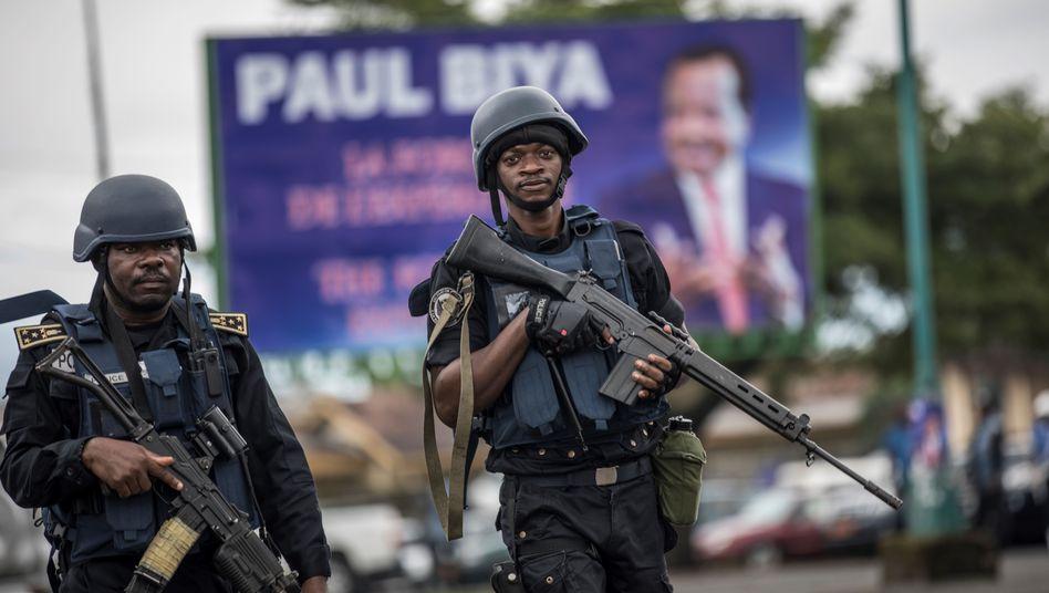 Polizisten mit Gewehren in Buea, der Hauptstadt der Provinz Südwest-Kamerun zur Wahl 2018