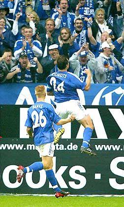 Abflug: Der Schalker Marc Wilmots feiert seinen Treffer zum 1:0