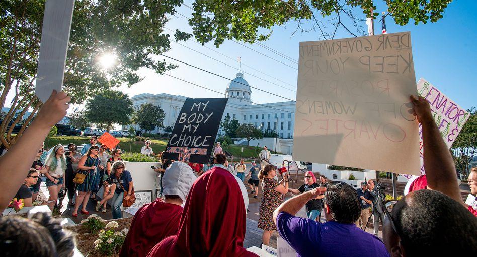"""""""Mein Körper, meine Entscheidung"""": Demonstranten vor dem Senat in Alabama"""