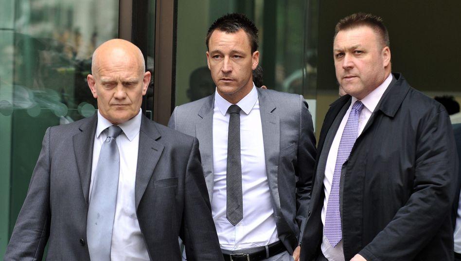 John Terry (Mitte) verlässt nach der Urteilsverkündung das Gericht in London