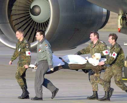 Ankunft der verletzten Bundeswehrsoldaten am Flughafen Köln/Wahn
