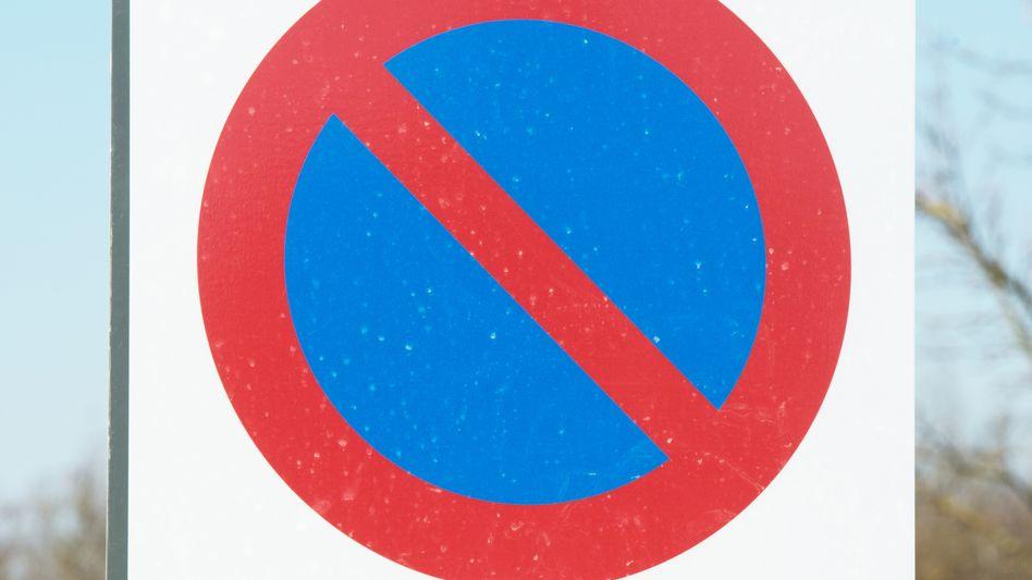 """Parkplatzschild für E-Mobile: """"Andere Maßnahmen liefern"""""""