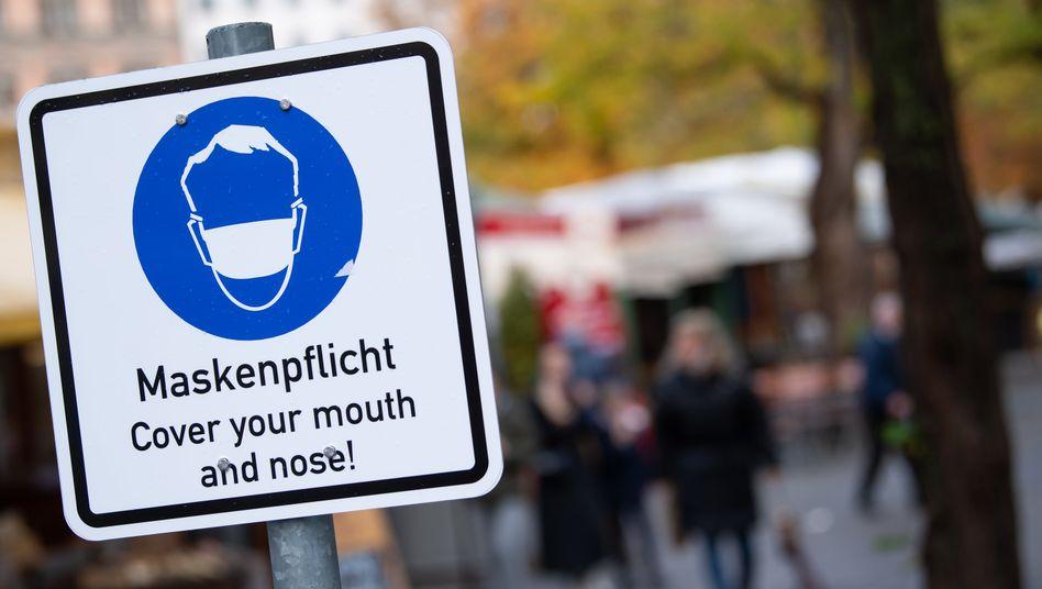 """""""Maskenpflicht""""-Schild in München: Die bisherigen Regeln haben die Ausbreitung der Corona-Pandemie in Deutschland nicht stoppen können"""