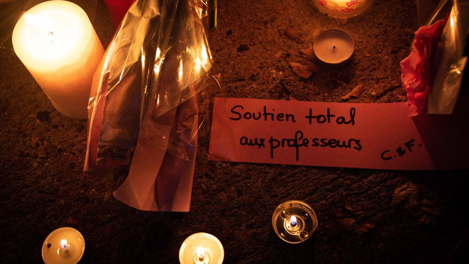 """""""Soutien total aux professeurs"""" (Volle Unterstützung für unsere Lehrer) steht auf dieser Solidaritätsnote am Tatort"""