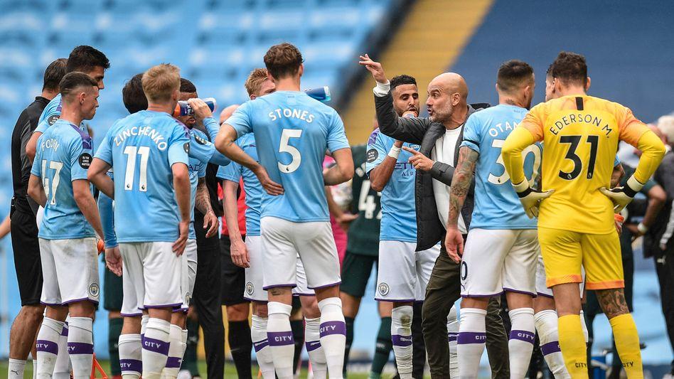 Seit 2016 das Gesicht von Manchester City: Trainer Pep Guardiola (Mitte)
