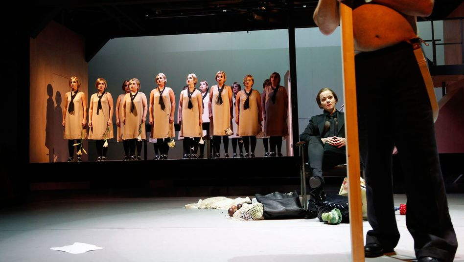 """Was weiß der Chor der Geliebten? Michael Simons inszeniert Max Frischs """"Blaubart"""""""