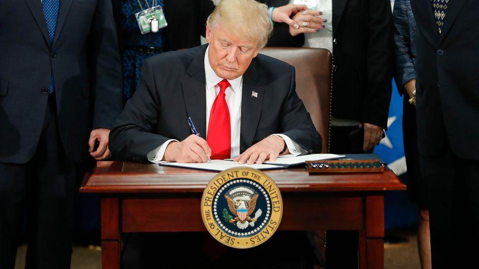 US-Präsident Donald Trump unterschreibt den Mauer-Erlass