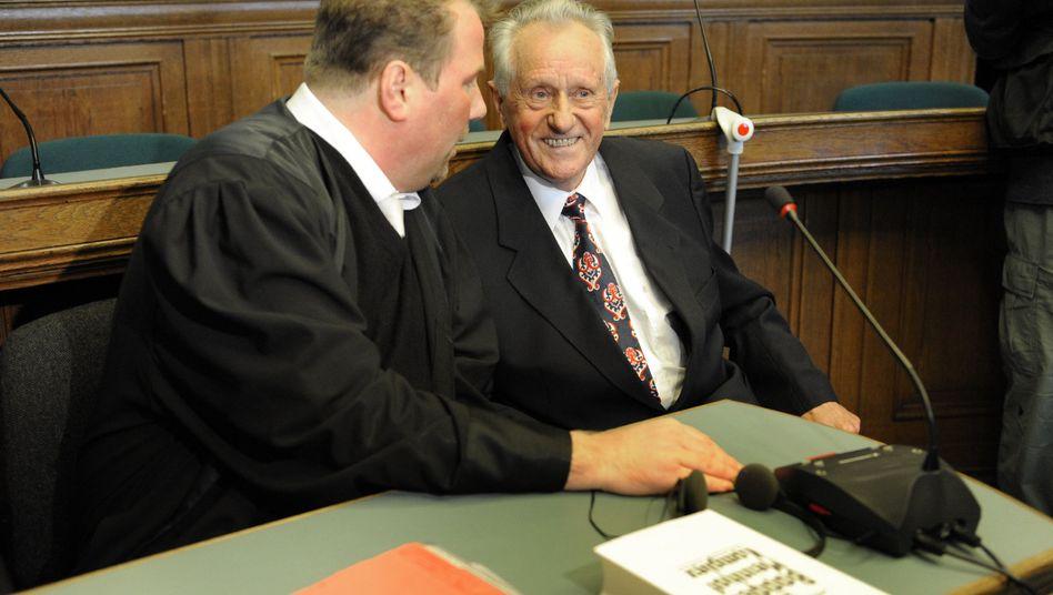 Karl-Heinz Kurras mit seinem Anwalt: Deutsch-deutsche Sphinx