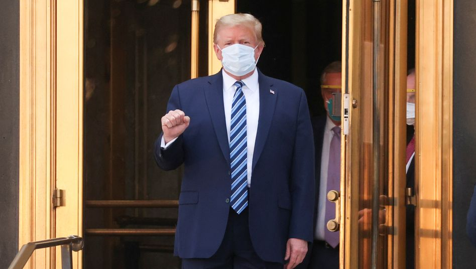 Donald Trump vor dem Ausgang des Krankenhauses