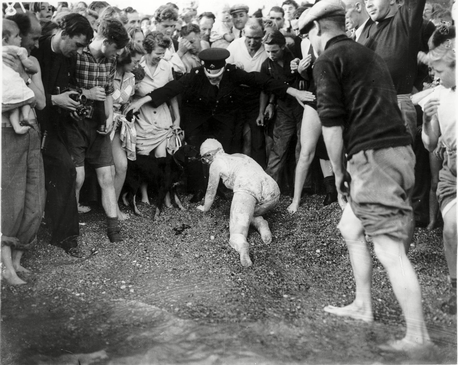 A1 000 Daily Mail Cross Channel Swimming Race 1950. From Cap Gris Nez France To Dover England. First Woman Home Was Miss Eileen Fenton (21) Of Dewsbury. Photo Shows Eileen Crawling To Finish In 15 Hours 31 Minutes.