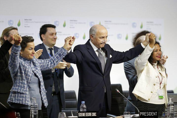 Jubel in Paris: Der Leiter der Klimaverhandlungen, Frankreichs Außenminister Fabius (Mitte), mit Uno-Klimachefin Figueres (l.).