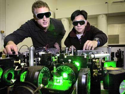 Physiker Lam (r.) beim Beamen: Hoffen auf superschnelle Quantenrechner