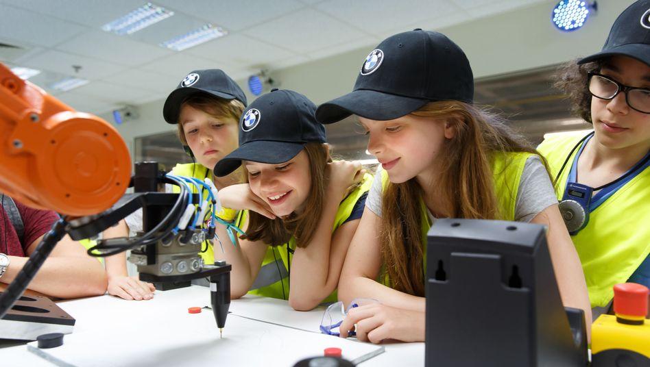 """Grundschüler zu Besuch bei BMW: Mit """"Tech4Kids"""" begleitet der Konzern Schulklassen während des gesamten Schuljahres"""