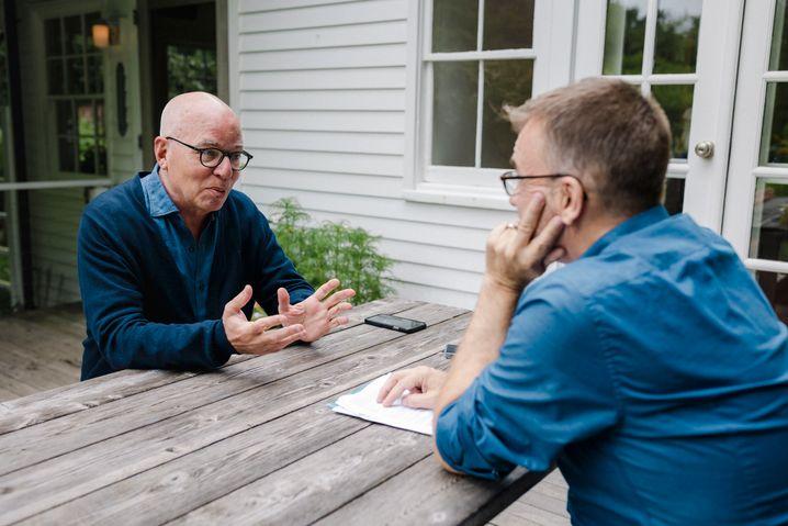 Writer Michael Wolff and DER SPIEGEL correspondent Marc Pitzke during the interview