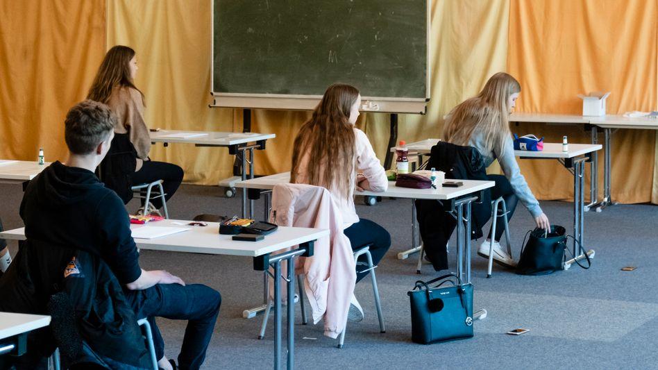 Leichte Verbesserungen im Vergleich zum Vorjahr: Schülerinnen und Schüler beim Abitur während der Coronakrise (in Kiel)