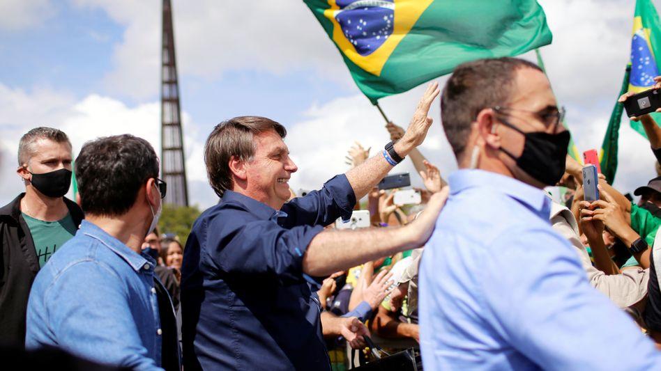 Bolsonaro grüßt Unterstützer vor seinem Palast