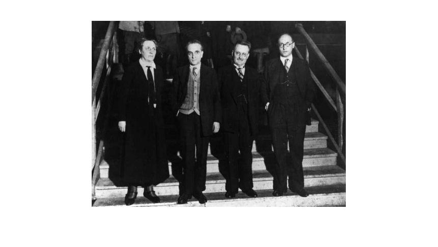 Die erste Frau im Parlament: Während einer Großkundgebung der SPD im Berliner Sportpalast am 28. Januar 1932 stehen die Politiker Marie Juchacz, Paul Faure, Paul Löbe und Pietro Nenni (v.l.n.r.) auf der Treppe