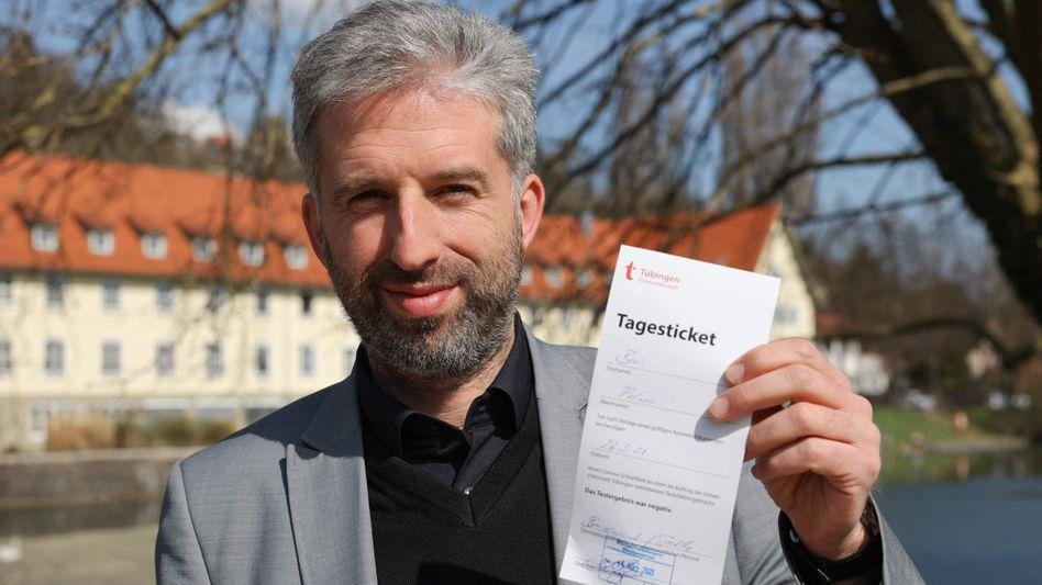 Oberbürgermeister der Stadt Tübingen Boris Palmer mit Tagesticket