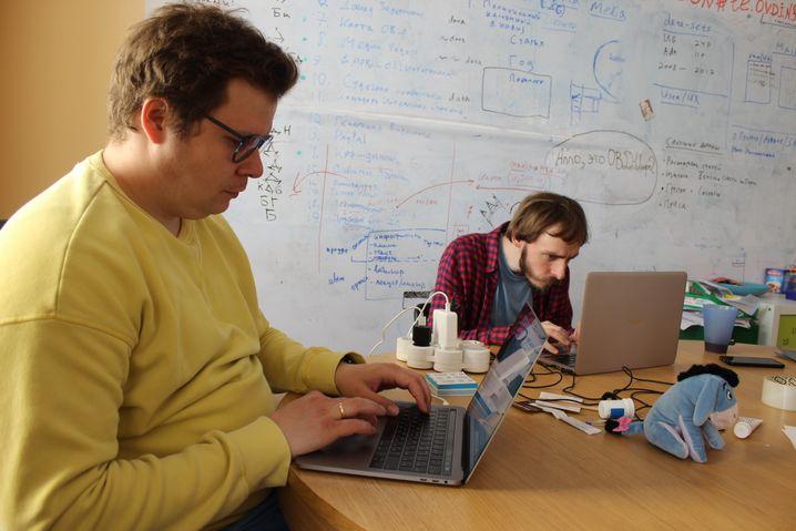 Artjom Platow (l.) , Grigorij Durnowo, Mitarbeiter der Bürgerrechtsorganisation Owd-Info