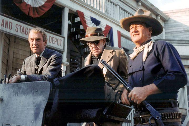 """James Stewart, John Ford und John Wayne (v.l.) bei den Dreharbeiten von """"Der Mann, der Liberty Valance erschoss"""" im Jahr 1962"""