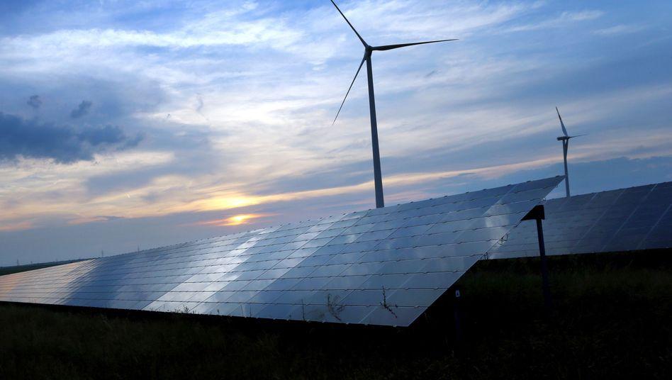 Solarzellen und Windräder in Bayern