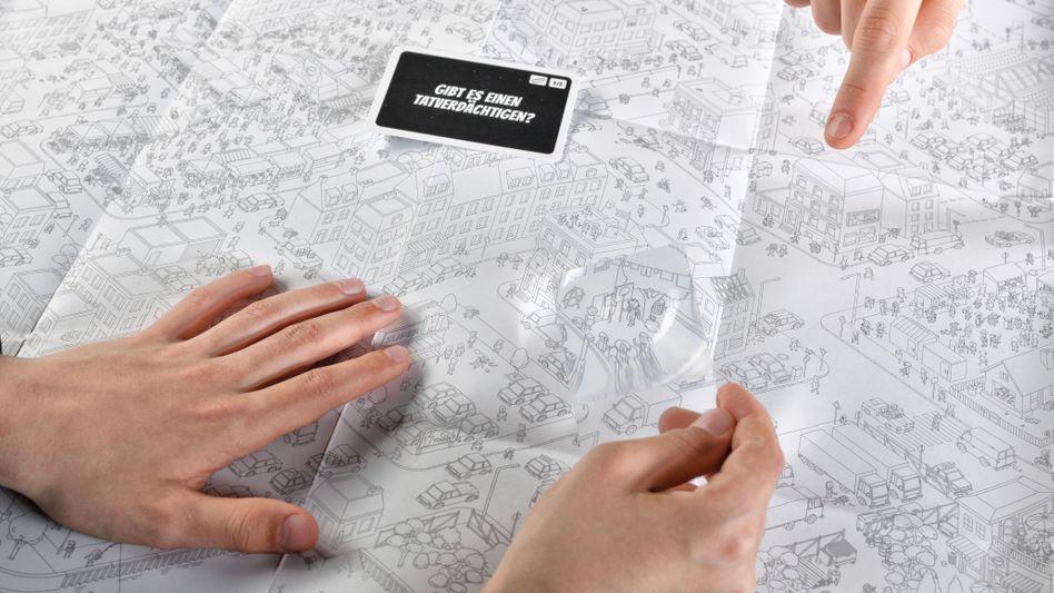 »MicroMacro« wird auf einem detailreichen 75 mal 110 Zentimeter großen Poster gespielt