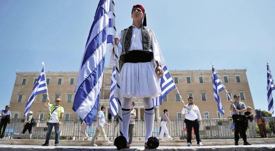 Protestierende Beamte in Athen: »Kampf bis zum Ende«