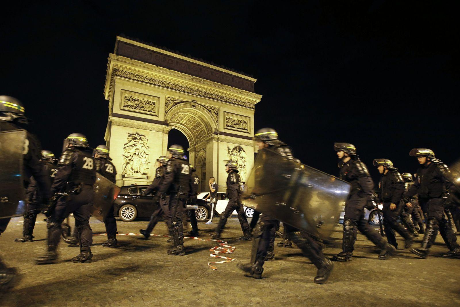 Algerien vs Russland/ Polizei/ Paris
