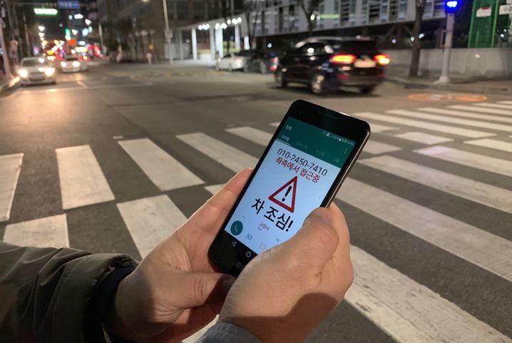 """Die App """"Watch Out"""" warnt vor Autos und gibt auch die Richtung an, aus der sie sich nähern."""