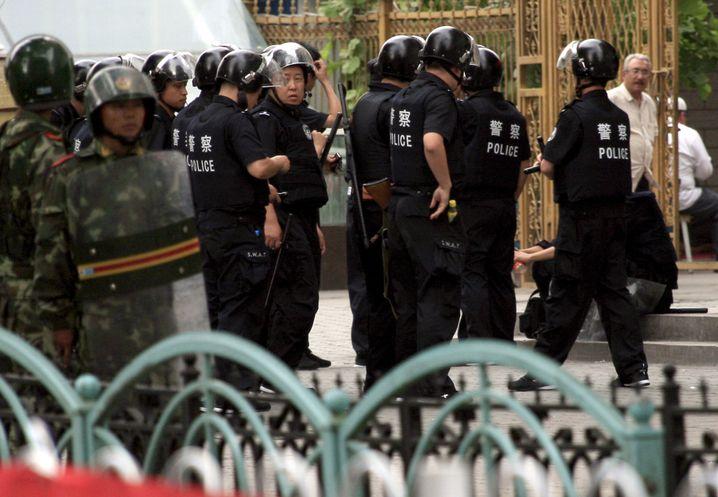 Polizisten in Ürümqi: Wieder blutige Zwischenfälle