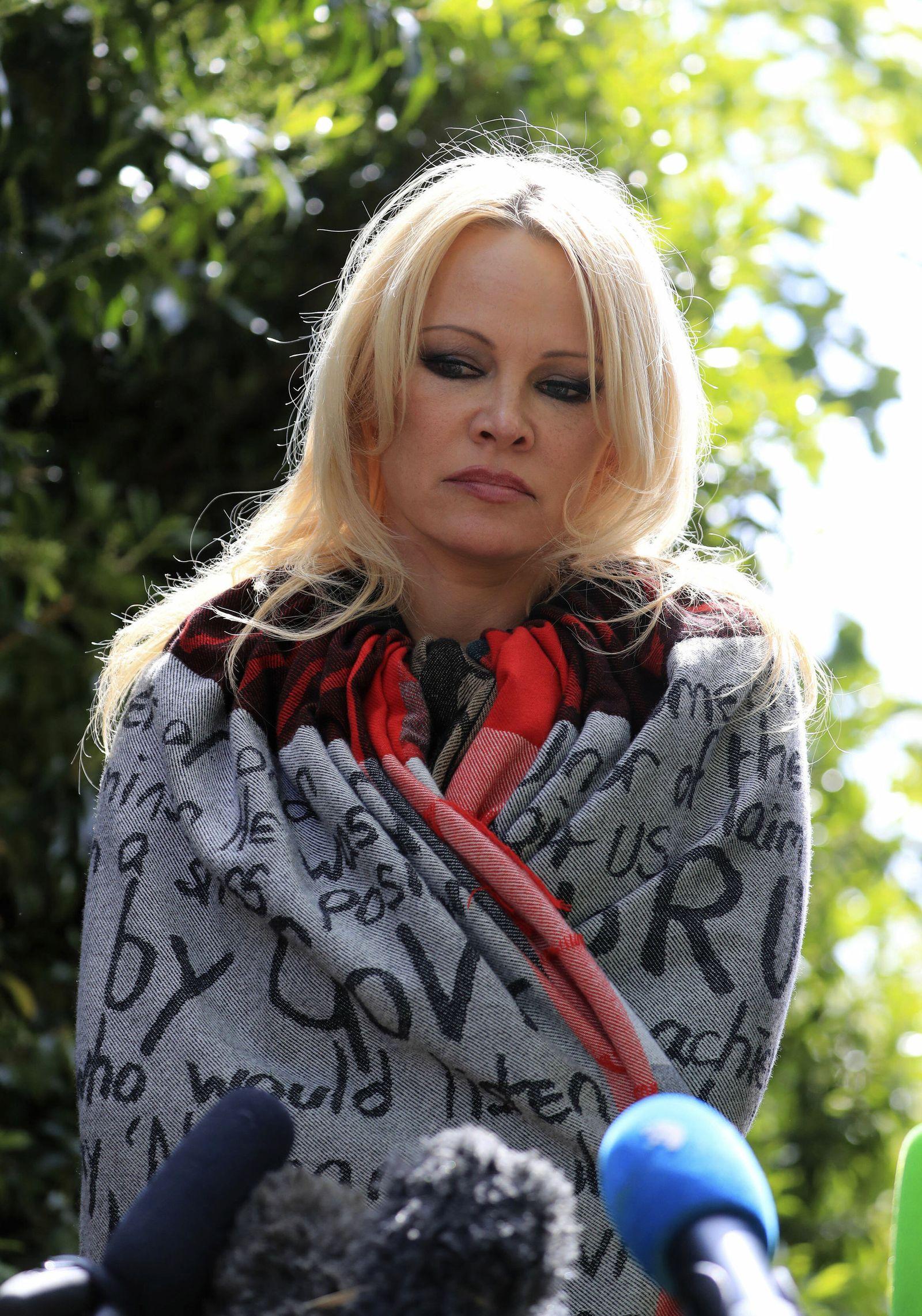 Pamela Anderson besucht Assange im Gefängnis