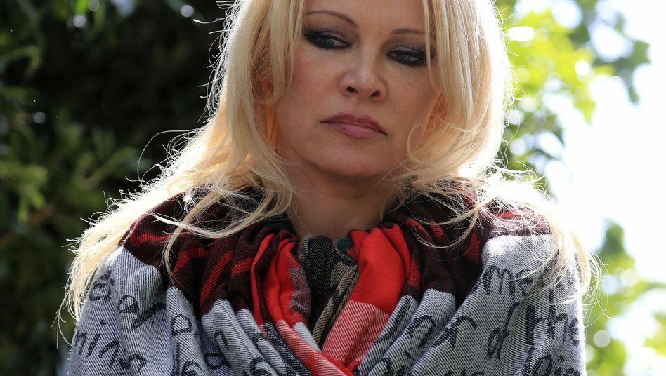 Pamela Anderson vor dem Belmarsh-Gefängnis, in dem Julian Assange inhaftiert ist