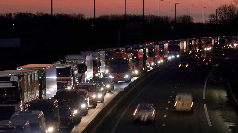 Lkw-Schlangen vor dem Eurotunnel in Nordfrankreich (Archivbild)