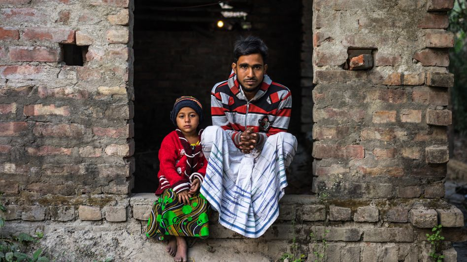 Geheilt:Poliopatientin Rukhsar mit ihrem Vater (2015)