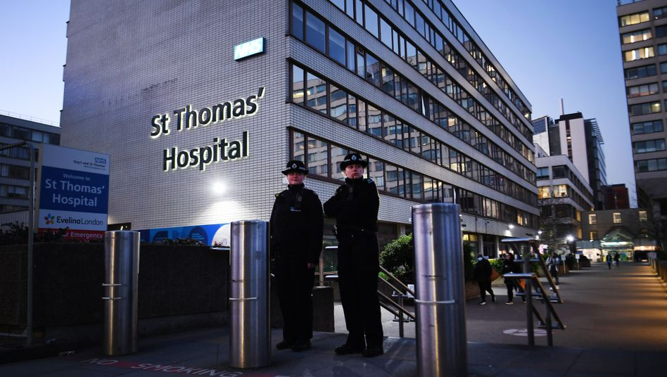 Die Polizei bewacht das Londoner St. Thomas Hospital, in dem Boris Johnson behandelt wird