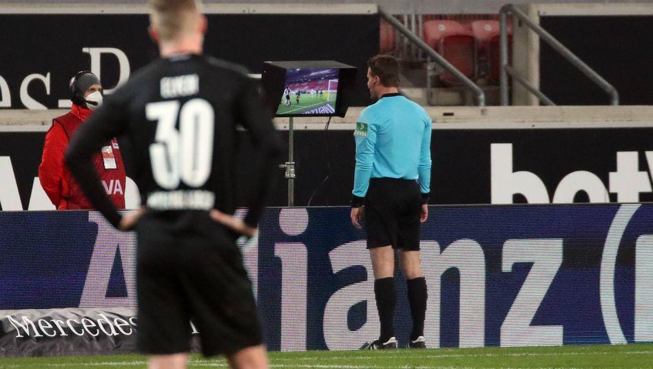Felix Brych nach dem Spiel am VAR-Kommandostand: Eine strittige Entscheidung führte zum späten Ausgleich