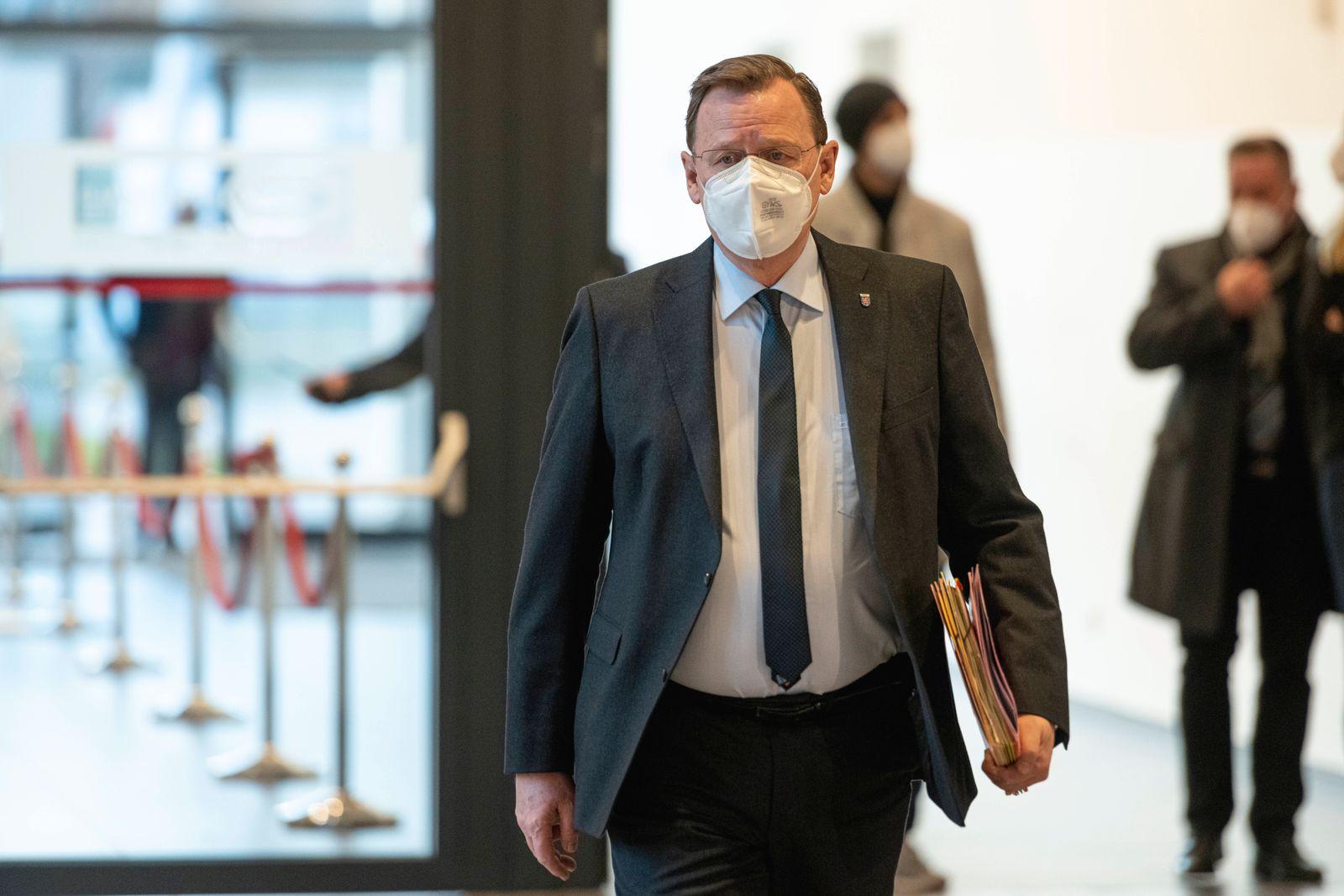 32. PLENARSITZUNG IM THÜRINGER LANDTAG 21/12/2020 - Erfurt: Ministerpräsident Bodo Ramelow (DIE LINKE) kommt zur 32. Pl