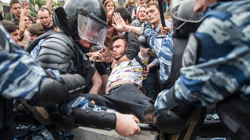 Polizisten und Demonstranten im Juni 2017 in Moskau