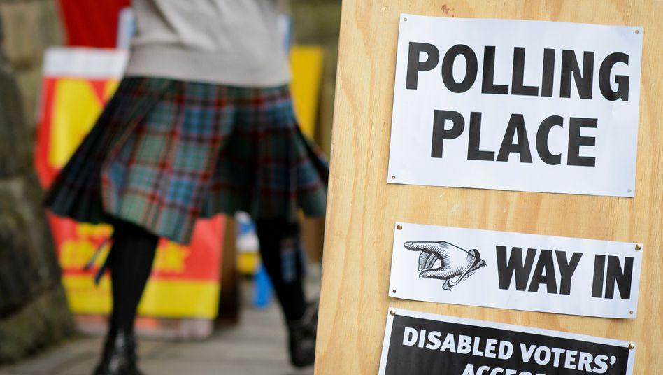 Wähler vor einem Wahllokal in Edinburgh: Bis 22 Uhr Ortszeit dürfen die Schotten über ihre Zukunft abstimmen