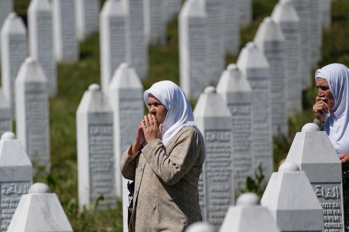 Hinterbliebene des Sebrenica-Massakers bei einer Trauerfeier 2017