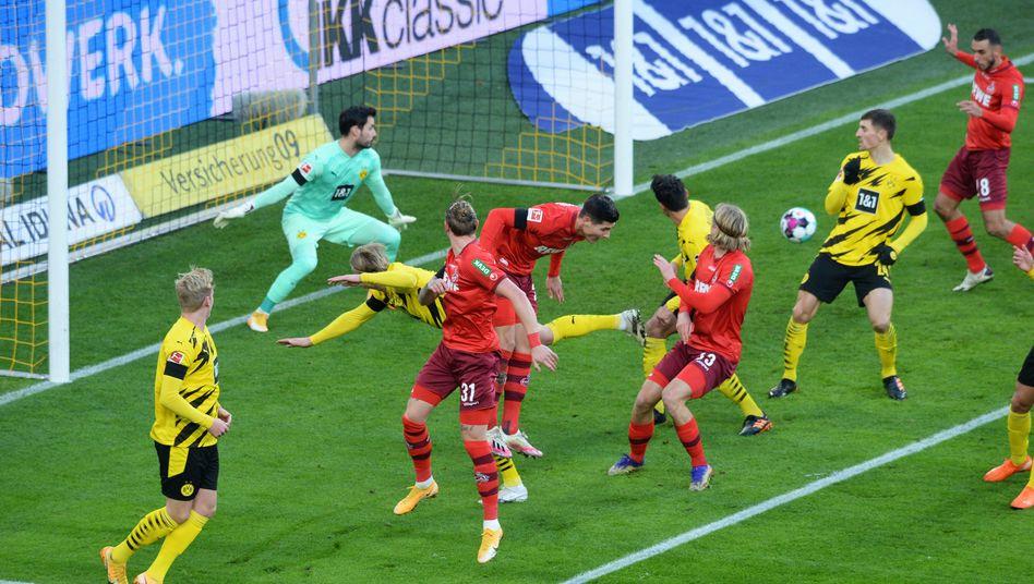 Kölner Ecke, Dortmunder Niederlage: Wolf (Nummer 31) verlängert, Skhiri (oben rechts) verwandelt