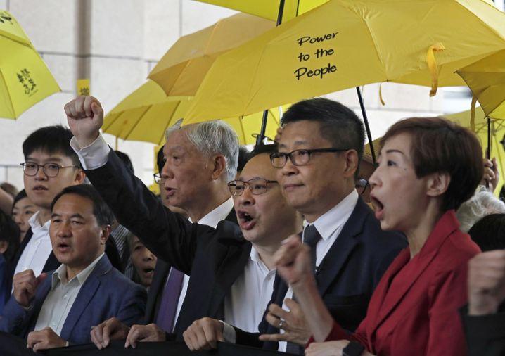 """Anführer der """"Regenschirm-Revolution"""" Tanya Chan (r-l), Chan Kin Man, Benny Tai, Chu Yiu Ming und Lee Wing Tat rufen vor dem Eintreten in ein Gericht"""
