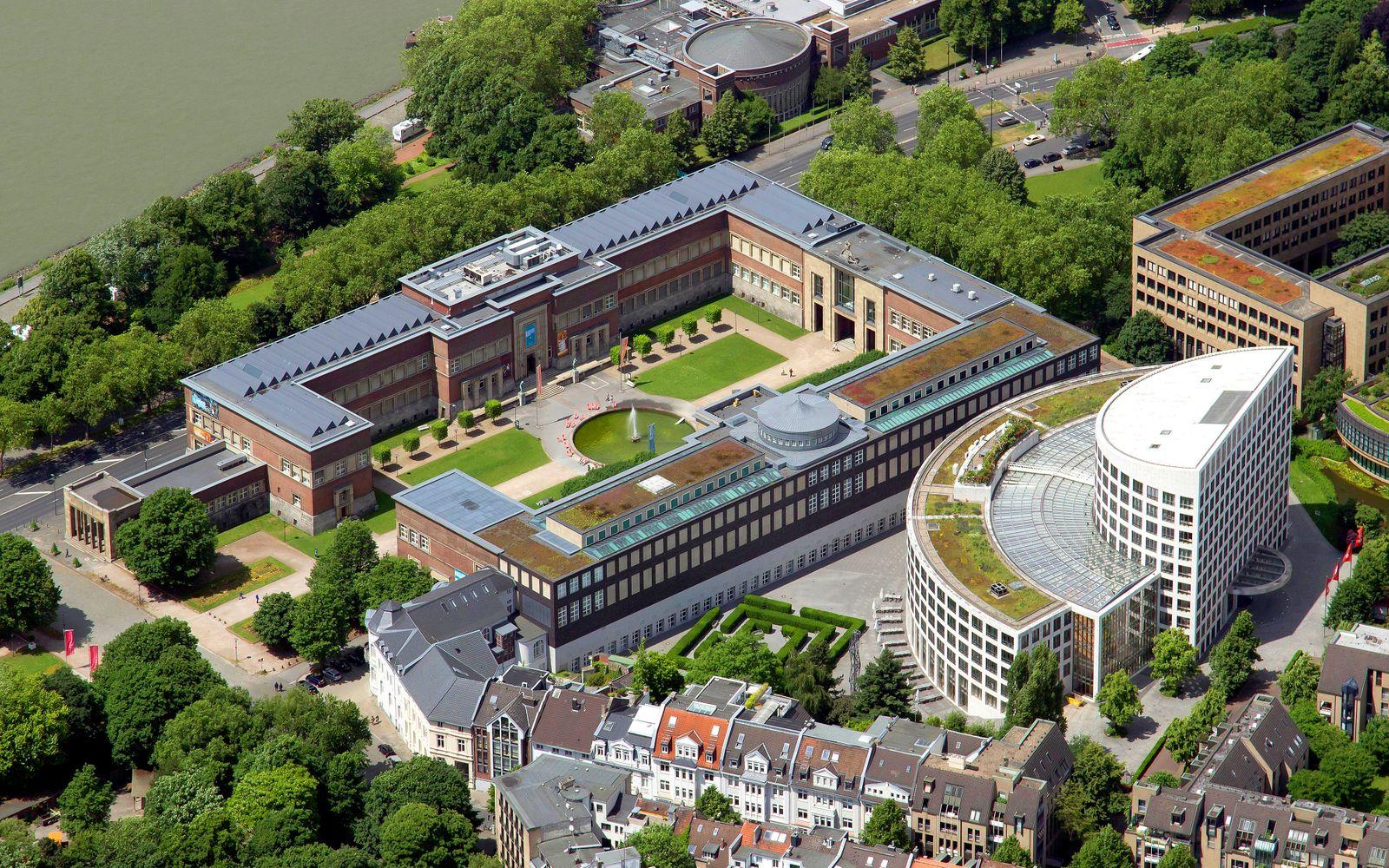 Ehrenhof mit Museum Kunst-Palast und NRW-Forum Kultur und Wirtschaft, erbaut 1926, rechts EON-Konzernzentrale, Düsseldorf, Rheinland, Nordrhein-Westfalen, Deut