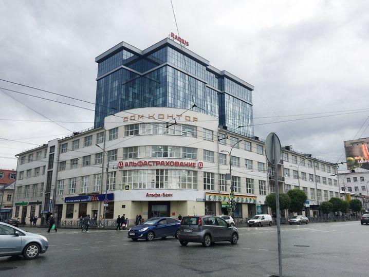 """Das """"Haus des Handels"""" heute. Hier sind Büros untergebracht, direkt dahinter wurde ein Glaskasten gesetzt"""
