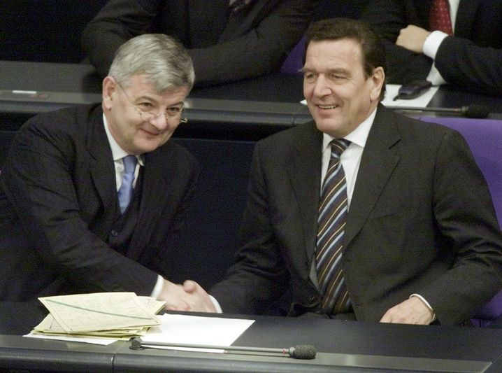 SPD-Kanzler Schröder (r.), Grünen-Außenminister Fischer 2001 im Bundestag