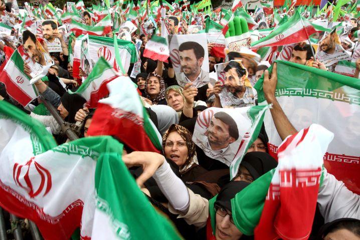 Unterstützer von Präsident Ahmadinedschad in Teheran (am 14. Juni): EU ringt um die richtige Strategie