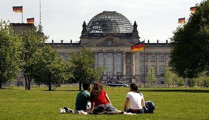 Touristen vor dem Reichstagsgebäude in Berlin: Vertrauen in die Politik wächst