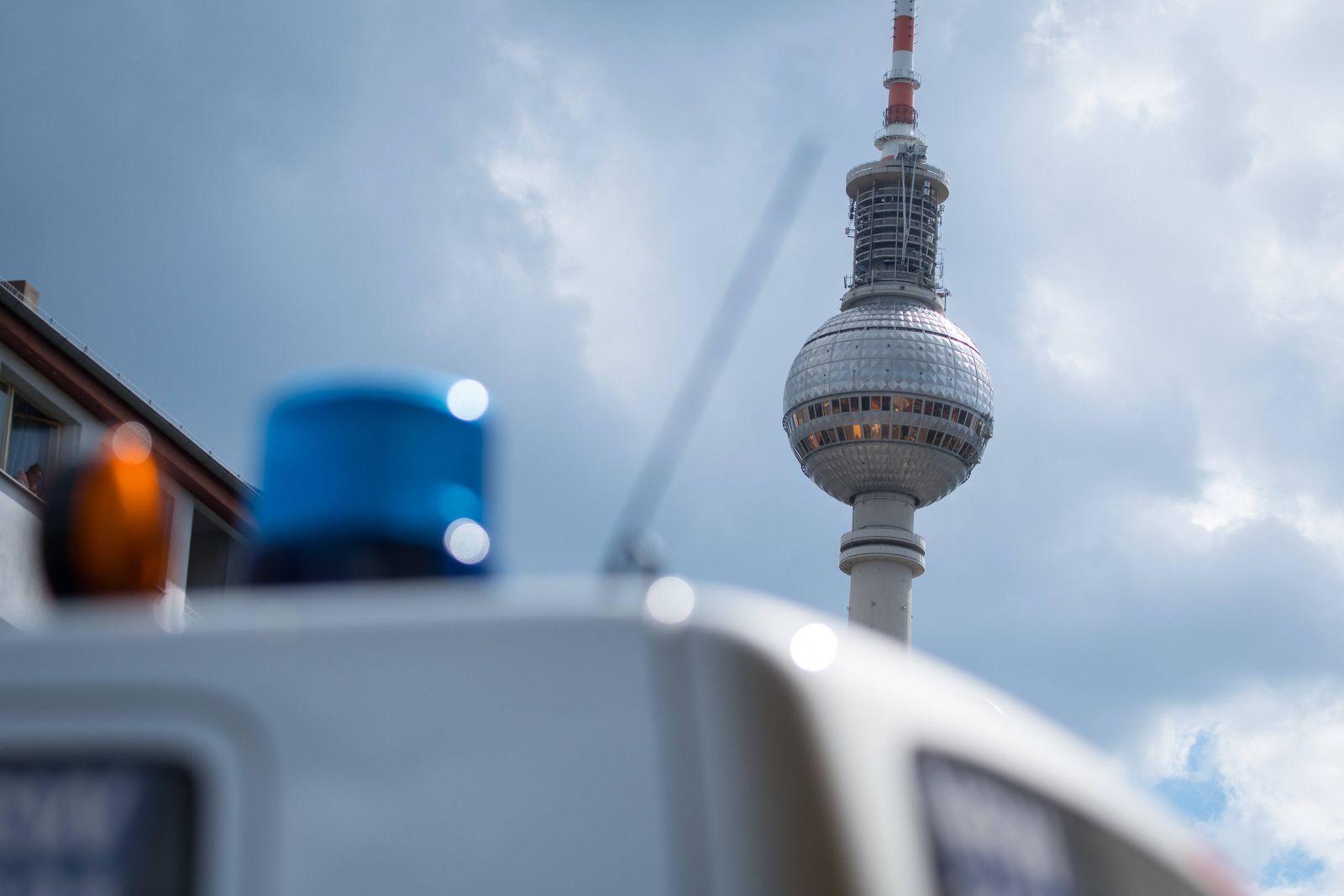 Berlin, Protest am 1. Mai Deutschland, Berlin - 01.05.2020: Im Bild ist der Fernsehturm und das Blaulicht von einem Pol