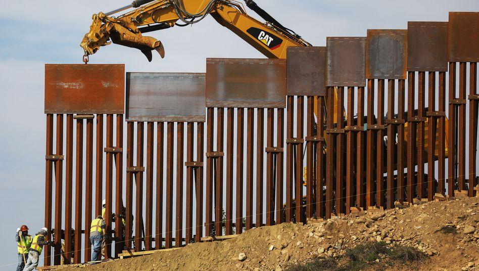 Arbeiter verstärken einen Abschnitt der US-mexikanischen Grenze nahe Tijuana